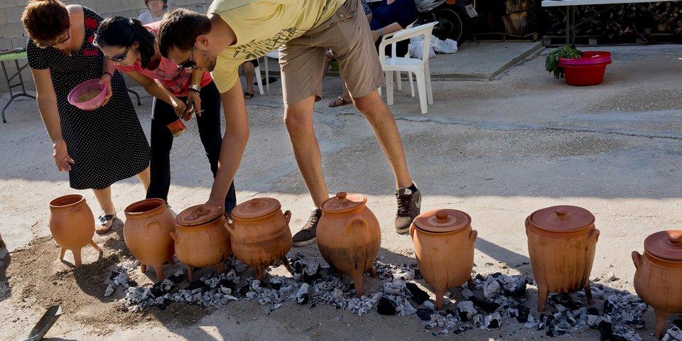 Kochen in Repliken von minoischem Kochgeschirr. © Dr. Jerolyn Morrison, Foto: Stella Johnson