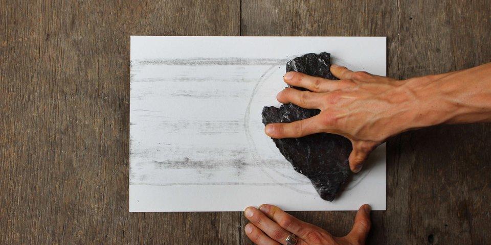 Oliver Thie, Zeichnen mit Graphit, Mineraliensammlung Museum für Naturkunde Berlin, 2018, Foto: Sebastian Döring, 2018.