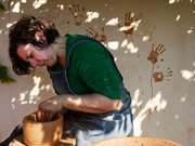 Dr. Jerolyn Morrison bei der Herstellung von Keramiken aus Ton aus der gleichen lokalen Quelle (Mochlos), aus der auch der minoische Ton stammt. © Dr. Jerolyn Morrison, Foto: Stella Johnson